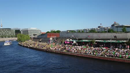 arka görünüm : People enjoying a hot summer day on the banks of River Spree in Berlin