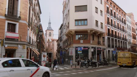 İspanya : Madrid sightseeing bus in the streets of the historic district Stok Video