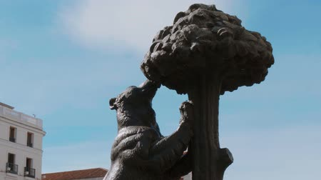 Мадрид : Famous Bear monument for the 50th anniversary of Sol Square in Madrid