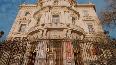 eski şehir : Famous America House building in Madrid called Casa de America at Cibeles Square Stok Video