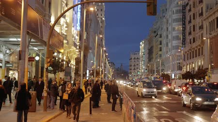 Мадрид : Famous Gran Via street in Madrid in the evening - shopping mile