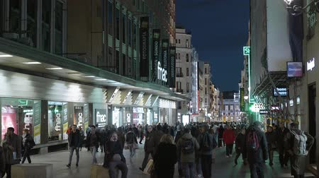 Мадрид : Pedestrian zon in Madrid in the evening - a busy place