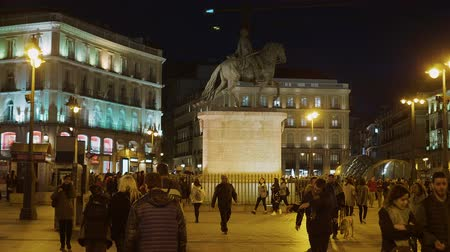 król : Popular square in Madrid - Puerta del Sol in the evening Wideo