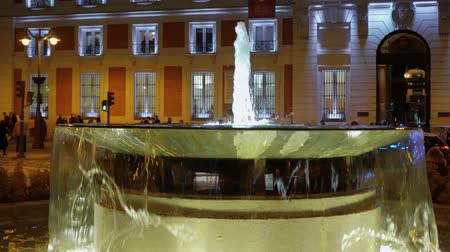 İspanya : The fountain at Puerta del Sol Square in Madrid - evening view Stok Video