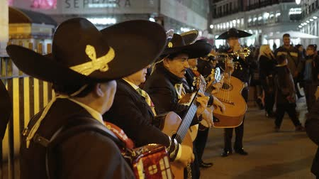 İspanya : Spanish or Mexican street musicians performing traditional music