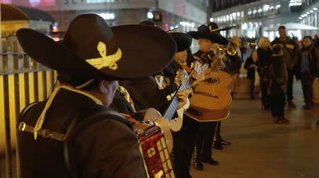 król : Spanish or Mexican street musicians performing traditional music