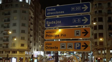 králové : Direction signs in the streets of Madrid - night view