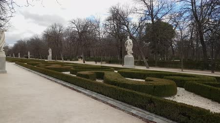 turistická atrakce : Beautiful walks at Retiro Park in Madrid