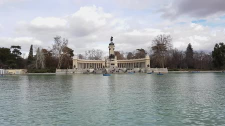 turysta : Most famous recreation park in Madrid - the Retiro Park Wideo