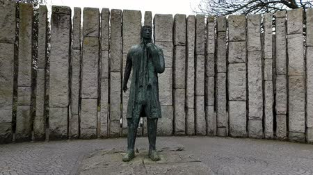 puente peatonal : Statue at the Entrance of Saint Stephens Green in Dublin Archivo de Video