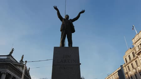 grão : Jim Larkin statue at O Connell Street in Dublin Stock Footage