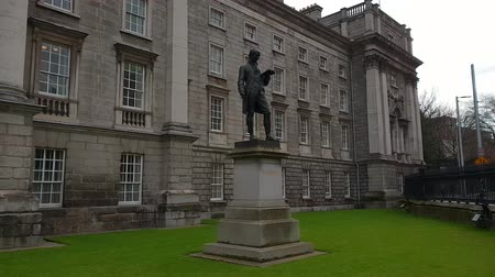 lugar famoso : Trinity College in Dublin - famous landmark in the city Vídeos