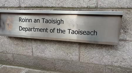 pedestres : The Department of the Taoiseach in Dublin - Government buildings Stock Footage