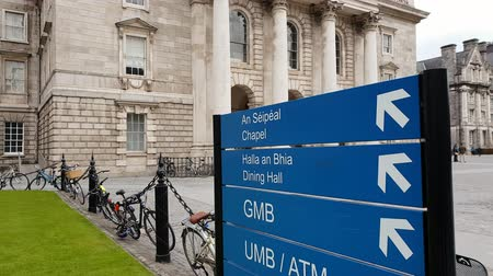 lugares : Direction signs to the chapel at Trinity College Dublin Stock Footage