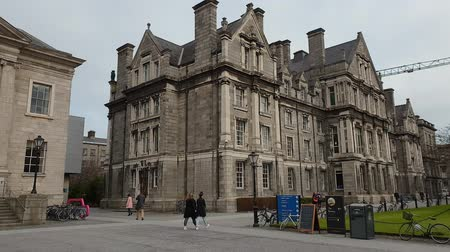 pedestres : Trinity College in Dublin - famous landmark in the city Stock Footage