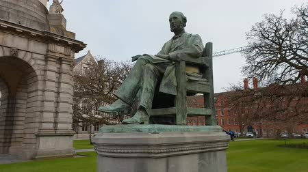 irlanda : Lecky monument at Trinity College in Dublin