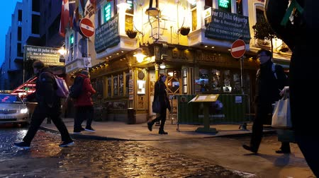 pedestre : Cool pubs and bars at Temple Bar district in Dublin