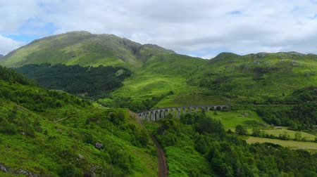 高地 : Famous Glenfinnan viaduct at Loch Shiel in Scotland