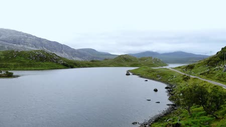 高地 : Flight over small lakes and creeks in the highlands of Scotland