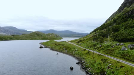 scénický : Flight over small lakes and creeks in the highlands of Scotland