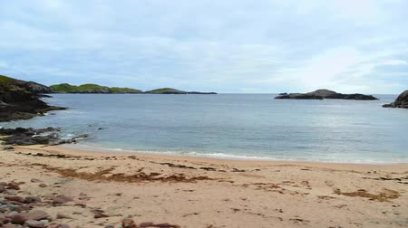 İskoçyalı : Beautiful Sheigra Beach and cliffs at Shegra North Scotland Stok Video