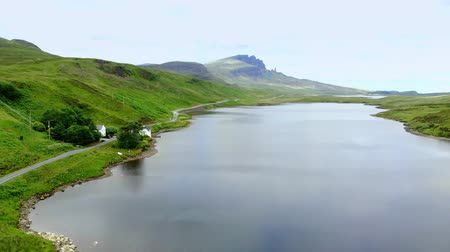 İskoçyalı : The beautiful lakes and landscape of the Isle of Skye in Scotland