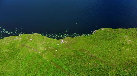 geologia : Flight over the green coastline and cliffs on the Isle of Skye in Scotland