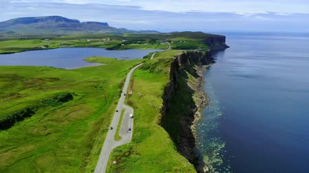bretanha : Flight over the green coastline and cliffs on the Isle of Skye in Scotland