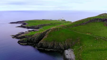 İskoçyalı : Neist Point on the Isle of Skye - amazing cliffs and landscape in the highlands of Scotland Stok Video