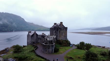 aeródromo : Eilean Donan Castle at Loch Duich in the Highlands of Scotland - aerial view