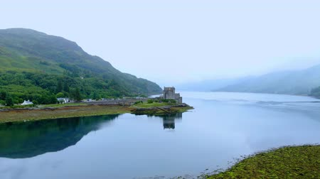 aeródromo : Flight over Loch Duich with Eilean Donan Castle in Scotland