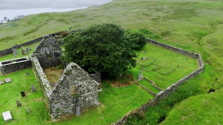 高地 : Ruins of an old church and cemetery in Scotland - aerial drone footage