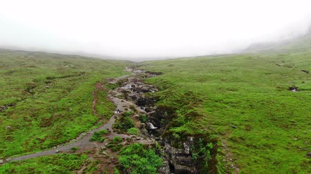 高地 : Creek through the beautiful and infinite green landscapes on the Isle of Skye in Scotland