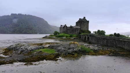 aeródromo : Flight around the famous Eilean Donan Castle at Loch Duich in Scotland Stock Footage