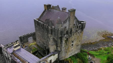 aeródromo : Flight over famous Eilean Donan Castle in the Highlands of Scotland - aerial drone footage