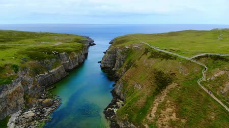 bretanha : Flight over Smoo Cave in the Highlands of Scotland near Durness