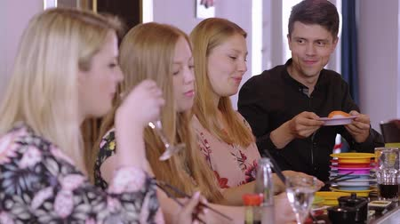 нигири : Young people eat Sushi at a Asian restaurant