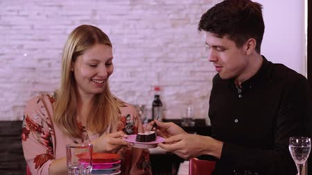 salsa de soya : Young couple in a Sushi reataurant - eating freshly made Sushi from the buffet