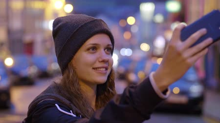 pobřežní : Beautiful woman takes a selfie with her mobile phone