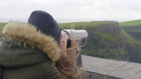 pobřežní : Watching the Cliffs of Moher in Ireland through a spyglass
