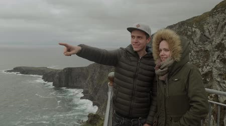 rochoso : Young couple explores the awesome landscape of Ireland Vídeos