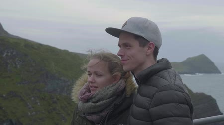 rochoso : Young couple travels to the west coast of Ireland