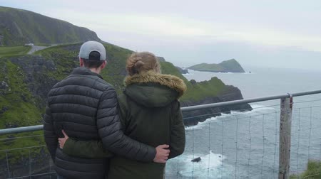 rochoso : Couple in love stands on the top of the Kerry Cliffs Vídeos