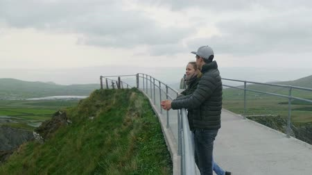 montanhas rochosas : Two friends travel to Ireland
