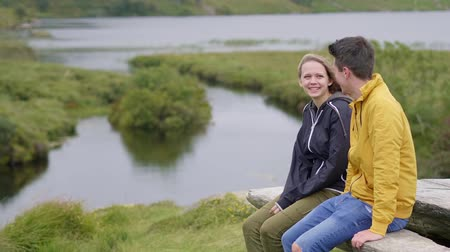 przyjaźń : Perfect place to relax - young couple on vacation in Ireland Wideo