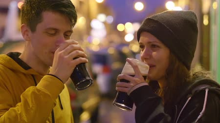 pobřežní : Two friends with a glass of beer in their hands say cheers Dostupné videozáznamy