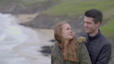 atlântico : Young couple in love on their vacation tour through Ireland