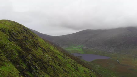 montanhas rochosas : Amazing flight over a valley at Dingle Peninsula in Ireland Stock Footage