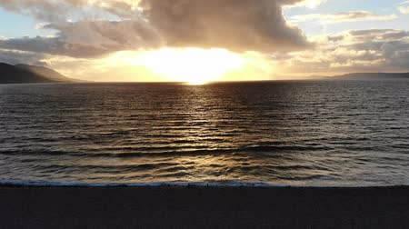 irsko : Golden sunset over the Atlantic ocean