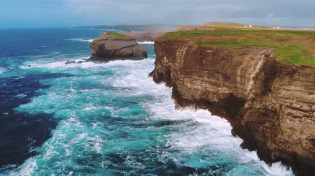 irlanda : Wild and blue ocean water at the Irish west coast – awesome landscape